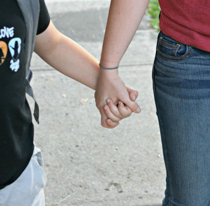 skechers-holding-hands