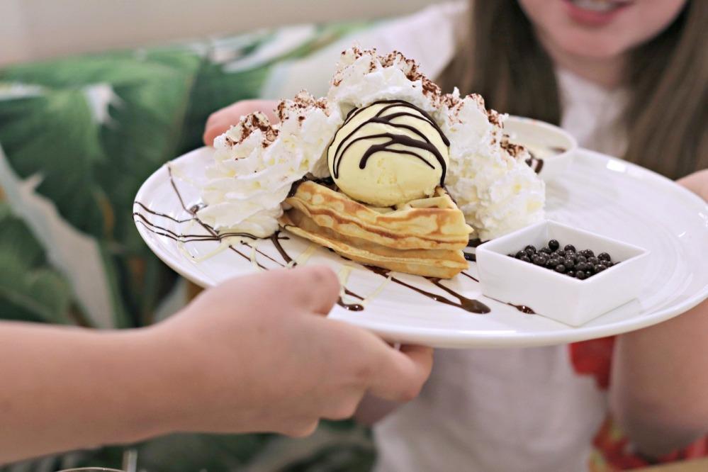 Cocao 70 Gatineau serving black and white waffle