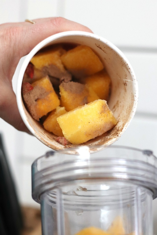 Goodfood Smoothie Pouring Mango Goji pouring into blender