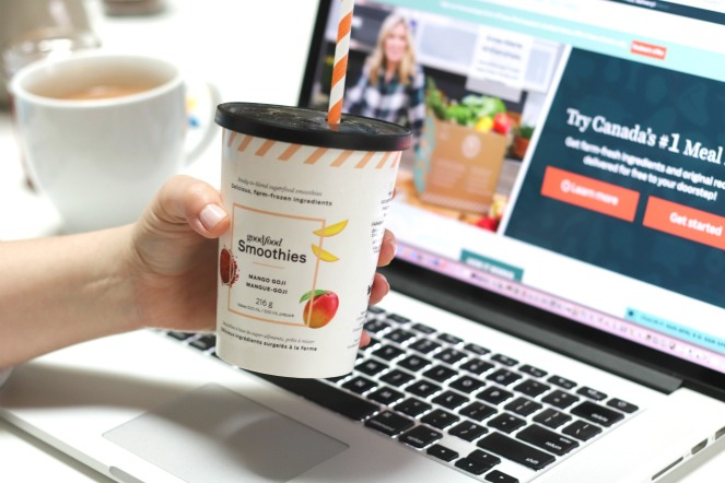 Goodfood Smoothies Mango Goji in front of website